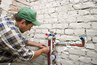 San Jose plumbing profesisonal adjusts water lines